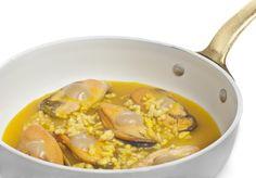 Mejillones con salsa de gambas escabechadas con arroz inflado