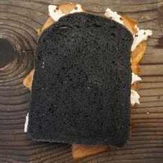 Crostone con Pane ai carboni attivi farcito con stracciatella di mozzarella, salmone e pepe rosa!!!