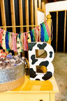 Farm-Themed First Birthday Party Decor Ideas – Nutztiere Cow Birthday Parties, 1st Birthday Party Decorations, Birthday Ideas, Farm Decorations, Birthday Banners, Theme Parties, Birthday Invitations, Farm Animal Birthday, Farm Birthday