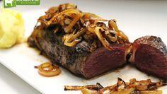 Saftiger Zwiebelrostbraten vom Roastbeef mit Röstzwiebeln und selbstgemachtem Kartoffelpüree.