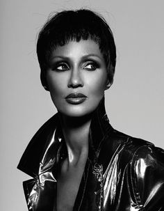 The ever stunning Iman, the real beauty, mother, wife and supermodel looks gorgeous in this cover of Vogue magazine. David Bowie sure do know how to pick his woman Somali, Beautiful Black Women, Beautiful Eyes, Naturally Beautiful, Beautiful Pictures, Iman Bowie, Iman Model, Female Models, Women Models