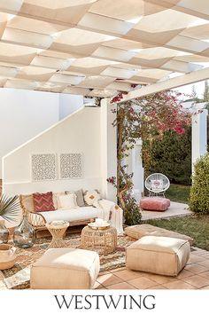 Die Temperaturen steigen, der Garten steht in voller Blüte, der Sommer ist da. Deshalb werden Balkon und Garten für Geburtstagspartys, Grillfeiern oder Sommerfeste aufgehübscht. Alles, was Ihr dafür braucht, findet Ihr jetzt auf WestwingNow unter der Kategorie Outdoor & Garten! // Interior Inspo Möbel Dekoration Wohnideen Home Einrichten #westwing #mywestwingstyle #outdoor #sommer #zuhause Parasol, Bohemian Living, Outdoor Furniture Sets, Outdoor Decor, Garden Pool, Interior Exterior, House Doctor, Home And Living, Gardens
