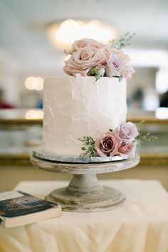 Fresh cake flowers in shades of blush, mauve,and lavender by Winston & Main, Photography by Jessica Rieke Photography Fresh Cake, Fresh Flower Cake, Cake Flowers, Wedding Cake Fresh Flowers, Purple Wedding, Gold Wedding, Floral Wedding, Small Wedding Cakes, Wedding Cake Designs