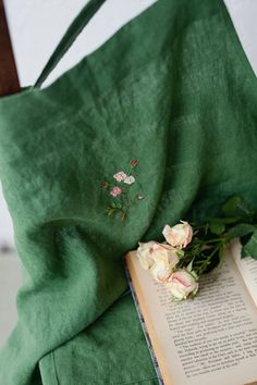 Embroidered Roses, Rose Embroidery, Hand Embroidery Stitches, Apron Pattern Free, Green Apron, Green Blanket, Linen Stitch, My Favorite Color, Vestidos
