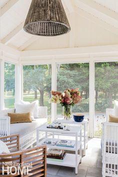 House Tour: Caroline's Chic Hamptons Beach House - Design Chic New England Homes, New Homes, Cape Cod, Master Bath Layout, Master Suite, Style Nautique, Patio Design, House Design, Boston Interiors
