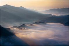 静寂な雲海に降りそそぐ朝陽が織り成す奇跡のグラデーション -Boguslaw Strempel | コリス