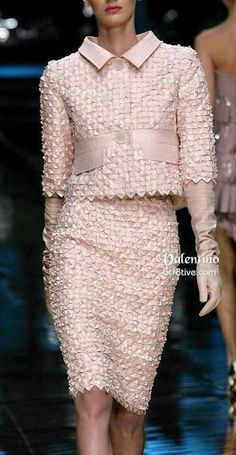 Valentino Short Pink Cropped Jacket and Pencil Skirt.Taylor: Is or DID Valentino retire? I grew up in his ERA and his designs were very classy Couture Fashion, Runway Fashion, Womens Fashion, Fashion Trends, Milan Fashion, Look Fashion, High Fashion, Fashion Design, Beautiful Outfits