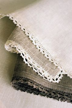 linen gauze scarf with cotton crochet trim Cotton Crochet, Crochet Trim, Crochet Lace, Crochet Doilies, Diy Laine, Crochet Projects, Sewing Projects, Diy Couture, Linens And Lace