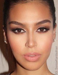 Véritable star de la télé-réalité américaine, Kim Kardashian s'est imposée comme une incontournable icône beauté et est devenue, depuis peu, la source d'inspiration de nombreuses jeunes femmes. De la coiffure, au maquillage en passant par la pose et les expressions, focus sur un phénomène bluffant qui envahit la Toile avec le #KimKMakeup. http://www.elle.fr/Beaute/Maquillage/Maquillage-de-stars/Incroyable-elles-se-transforment-en-Kim-Kardashian