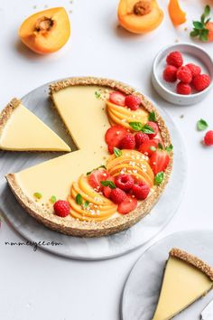 No-bake peach tart (vegan, gluten-free & refined sugar-free) Raw Desserts, Sugar Free Desserts, Delicious Desserts, Dessert Recipes, Yummy Food, Healthy Vegan Dessert, Healthy Baking, Sweet Recipes, Vegan Recipes