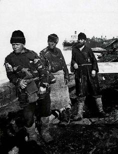 В отличие от Прокудина-Горского, фотограф Максим Дмитриев донес до нас не открыточную Россию. Он сделал первые жанровые снимки в нашей стране
