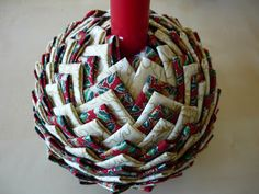 Patchwork: Tutorial not in English Quilted Fabric Ornaments, Fabric Christmas Trees, Quilted Christmas Ornaments, Christmas Balls, Christmas Decorations To Make, Diy Ornaments, Christmas Time, Christmas Crafts Sewing, Christmas Projects