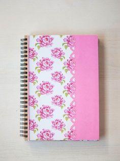 Hoy os quiero enseñar un cuaderno que personalicé con papeles y motivos florales, esta primavera que no llega!!!     En la portada combiné...