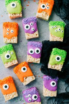 to make these adorable (and delicious) Hallowe.- to make these adorable (and delicious) Halloween treats — Monster Rice Krispies Treats, Peanut Butter Spider Cookies, Nutter Butter Ghosts, and Witch Finger Pretzels. Spooky Halloween, Plat Halloween, Halloween Backen, Bonbon Halloween, Halloween Treats For Kids, Halloween Sweets, Halloween Party Snacks, Spooky Treats, Halloween Party Themes
