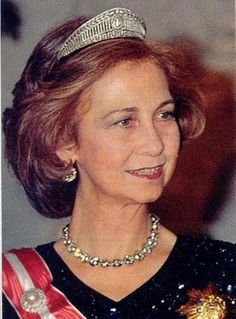 The Queen Sofia of Spain has a very beautiful green tiaras inherited from r eine Victoria Eugenie and her mother Queen Frederika of Greece . Tiaras that Queen regularly lends his stepdaughter the Princess of Asturias and his daughters the princesses Elena and Cristina