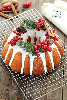 Christmas Bundt Cake,la ricettaperfetta per tutti voi che volete portare in tavola un dolce buono, bello ma facilissimo da fare. Senza latte ma con il succo d'arancia, limone e acqua; Senza burro ma con l'olio. LaChristmas Bundt Cakeè la versione natalizia della ormai conosciutissima ciambella