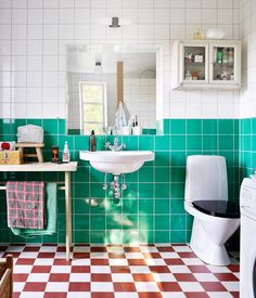 Kika in i designern Lotta Kühlhorns sommarparadis Art Deco Bathroom, Bathroom Interior, Small Bathroom, Bathroom Colors, Bathroom Inspiration, Interior Inspiration, Casa Top, Modern Scandinavian Interior, Colorful Apartment