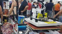 A Barato Máquinas apresenta o Combo 4 em 1. Esse equipamento tem quatro funções de personalização: estampas em superfícies planas como tecidos e azulejos, em canecas, em boné e em prato. A máquina tem o preço de R$ 1750