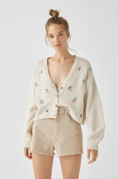 Beige embroidered knit cardigan - PULL&BEAR Pull & Bear, Cardigan En Maille, Knit Cardigan, Gilet Long, Color Beige, Spring Tops, Pulls, Floral Embroidery, New Outfits