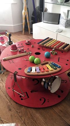 An idea to create a corner / music table at home. Sure, they have . An idea to create a corner / music table at home. Sure, they have a great time … – Children& Decoration Creche, Spool Tables, Outdoor Classroom, Classroom Table, Eyfs Classroom, Classroom Furniture, School Classroom, Wooden Spools, Diy Toys