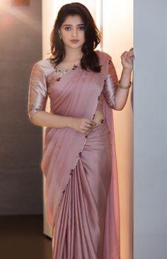 Indian Gowns Dresses, Indian Fashion Dresses, Ladies Dresses, Fancy Blouse Designs, Saree Blouse Designs, Dress Designs, Stylish Sarees, Stylish Dresses, Saris