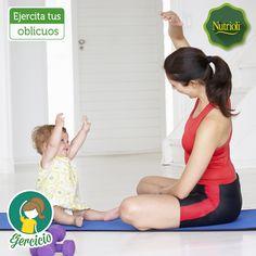 ¡Ejercita tus oblicuos compartiendo momentos con tus pequeños!  Siéntate en posición de loto y levanta tu mano hacia el lado contrario haciendo 3 series de 20 repeticiones con ambas manos. Este ejercicio es ideal para reafirmar el estómago inferior y la espalda. ¡Notarás cambios y te divertirás con tu bebé!