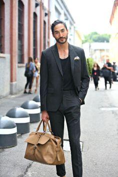 グレースーツ×黒Tシャツ | メンズファッションスナップ フリーク | 着こなしNo:121384