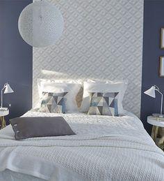 Un simple lé de papier peint permet de créer facilement une tête de lit graphique et moderne. http://www.castorama.fr/store/pages/idees-decoration-facile-tete-de-lit.html