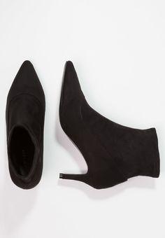 f92c6af9833e Minimal Fashion, Chelsea Boots, Brogue Chelsea Boots, Minimalist Fashion