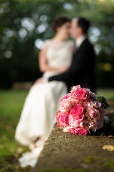 Brautstrauß mit Brautpaar im Hintergrund. #Hochzeit #Wedding