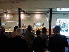 Visitatori attenti alla spiegazione sul restauro dei sarcofagi