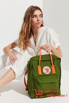 Fjallraven kanken backpack body armor: bags-n-shoes-n-bags Kanken Backpack, Backpack Outfit, Laptop Backpack, Graduation Pictures, Body Armor, Style Vintage, Black Backpack, Backpacker, Short Hairstyles