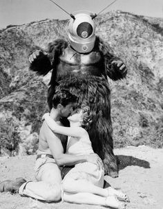 Robot Monster - low budget ( I mean really really low ) b movie monsters for that retro kitsch halloween Science Fiction, Fiction Movies, Sci Fi Movies, Retro Horror, Vintage Horror, Funny Vintage, Vintage Images, Aliens, Robot Monster