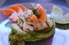 Parts de plaisir: Ceviche de cabillaud, crevettes et calamars à la papaye et au citron vert sur nids de tagliatelles d'asperges