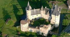 Château_de_cherveux_Mairais_Poite_vin_camping_car Location Camping Car, Medieval Castle, Chenin, Vans, Palaces, House Styles, Castles, The Mansion, Mansions