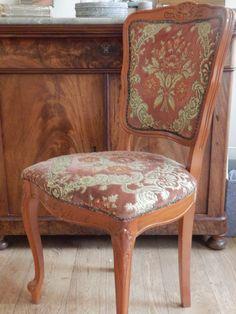 Deze oude Franse sfeervolle stoel is te koop verkocht.Het is een sierstoel, hij is wat te wiebelig om op te zitten. De bekleding is zachte oudroze stof. En zie je de mooie versieringen in het hout?