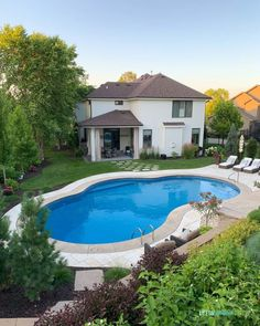 2019 Summer Home Tour 2019 Summer Home Tour / Gorgeous backyard with pool, landscaping, white home exterior, and yard. Swimming Pool House, Swimming Pools, Home Pool, Backyard Pool Landscaping, Landscaping Ideas, Backyard With Pool, Life On Virginia Street, Stock Tank Pool, Construction