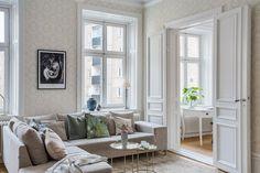 Pat cu baldachin și detalii clasice, feminine într-un apartament de 71 m² Jurnal de design interior