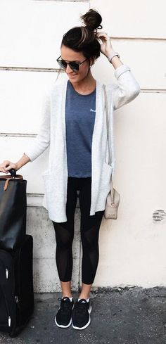 / White Cardigan // Grey Tee // Black Leggings // Black… / Weiße Strickjacke // Graues T-Shirt // Schwarze Leggings // Schwarze Turnschuhe Leggins Casual, Outfits Leggins, Casual Blazer, Comfy Legging Outfits, Dress Casual, Cute Outfits With Leggings, How To Wear Leggings, Outfits With T Shirts, Leggings Fashion