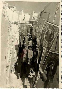 Λίγους μόνο μήνες μετά τον καταστροφικό σεισμό του Ιουλίου του 1956, στις 2 Φεβρουαρίου του 1957, γίνεται η περιφορά της εικόνας της Υπαπαντής στα στενά σοκάκια της Σαντορίνης... Η εικόνα της καταστροφής είναι ολόγυρα... Η ίδια η εκκλησία της Υπαπαντής, η μητρόπολη, είναι ακόμα ερείπια. Αυτό κάνει και την εορτή εκείνης της χρονιάς ακόμα πιο σημαντική για τους κατοίκους του νησιού... Παρά την θλίψη στα πρόσωπα τους, η δύναμη και το σθένος τους προκαλεί εντύπωση...