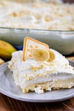 This is the ULTIMATE Easy Banana Pudding Recipe, made with butter cookies and fresh whipped cream. This no bake dessert is the perfect potluck recipe. Chocolate Banana Pudding, Easy Banana Pudding, Southern Banana Pudding, Coconut Pudding, Banana Pudding Recipes, Coconut Custard, Cream Pie Recipes, Cookie Recipes, Snack Recipes