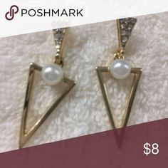 Stunning Design Women's Earrings In Gold. New These uniquely designed earrings sure to looks great on you. They are very elegant and classy and looks expensive but, only you know they are not. Triangle style with multi stone and a pearl in the middle. Unknown Jewelry Earrings