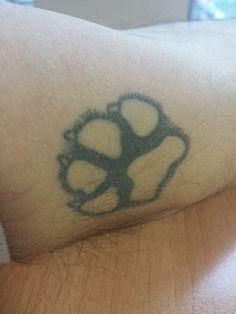 """riccardo.gaudioso.t  #casttattoo  In redazione stanno arrivando tantissime foto di tatuaggi con storie bellissime.  Grazie a tutti e continuate così!  Ecco il tatuaggio di Riccardo.  """" La vera impronta di Sofia, il mio Labrador nero, compagna di vita e d'avventure da più di 5 anni. Che vita è senza un cane!? """"  http://tattoo.codcast.it/"""