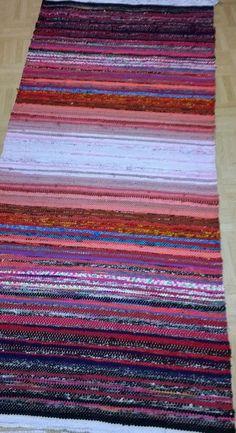 <p>Töissä istun aina tietokoneen vieressä, joten vastapainoksi kaipaan jotain tekemistä käsilleni. Aloitin blogituksen samalla, kun päätin aloittaa uudelleen räsymattojen kutomisen</p> <p></p> Rya Rug, Tear, Recycled Fabric, Weaving Techniques, Woven Rug, Rug Runner, Loom, Textiles, Tapestry