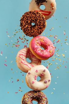 Various decorated doughnuts in motion falling on blue background. Sweet and colourful doughnuts falling or flying in motion. Easy Donut Recipe, Donut Recipes, Cute Food Wallpaper, Delicious Donuts, Food Illustrations, Creative Food, Doughnuts, Food Styling, Food Art