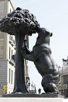 Estatua oso y el madroño