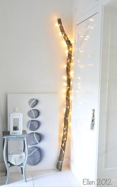 DiY kerstverlichting! Prachtig hout met witte kerstlichtjes!