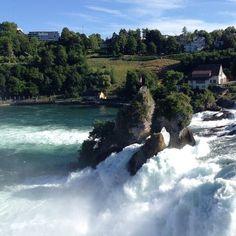 Famous waterfall in Switzerland, Schaffhausen Водопад Rheinfall Felsen находится рядом с красивейшим городком Шаффхаузен, расположившимся на севере Швейцарии.