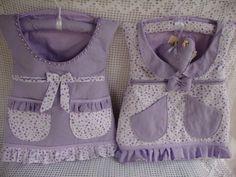 Vestido porta - fraldas ou porta - trecos, todo em matelassê, estruturado com manta acrílica, medindo 35 largura x 40 altura, podendo ter até 5 bolsos ( um grande no decote, dois bolsos embutidos e um ou dois bolsos com babadinhos). Acompanha cabide forrado e sachê coração com inicial do bebê bordado. Pode ser usado para colocar fraldas, acessórios do bebê, kit higiene, brinquedinhos. Feito em tecido de algodão 100% e pré - lavado. Feito sob encomenda, nas cores de sua preferência. Ao fazer…