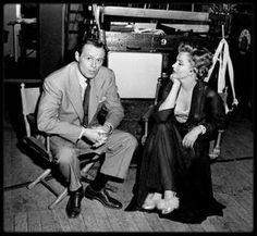 """1952 / Marilyn sur le tournage du film """"Don't bother to knock"""" / En 1952, Marilyn, qui commence déjà à se faire un petit nom à Hollywood grâce à quelques apparitions remarquées dans les grands films de l'époque (""""Eve"""" de MANKIEWICZ, """"Quand la ville dort"""" de HUSTON) est alors sous contrat avec la Fox qui cherche à lui offrir son premier grand rôle. Un an avant sa composition légendaire dans """"Niagara"""", la jeune actrice a l'habitude de jouer les ingénues (""""Les hommes préfèrent les blondes""""…"""
